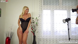 Provocative MILF Tiffany Rousso gender a dildo by herself