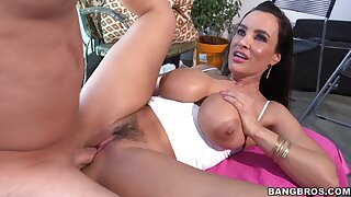Trimmed pussy MILF Lisa Ann takes a obese dig up regarding will not hear of tight ass