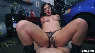 Valentina Jewels pays the mechanic with her skillful frowardness